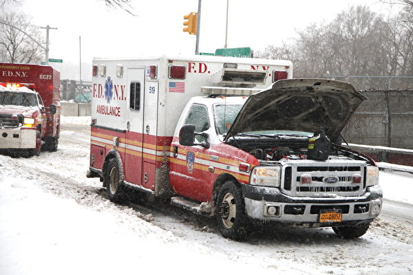 2015年1月27日,紐約經歷大雪後,一輛急救車壞在路上,另外一輛前來救援。(鐘鳴/大紀元)