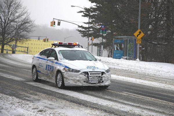 2015年1月27日,紐約大雪後,紐約市警察局的警車在路上。(鐘鳴/大紀元)