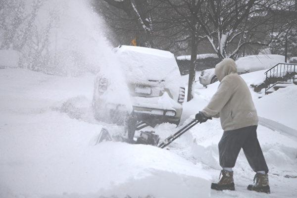 2015年1月27日,紐約大雪後,居民在鏟雪。(鐘鳴/大紀元)
