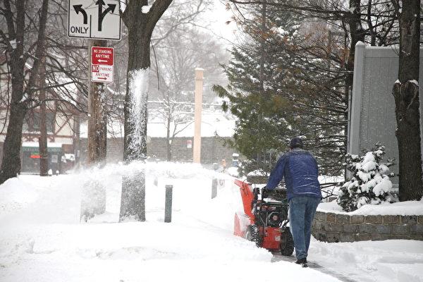 2015年1月27日,紐約經歷大雪後,居民在鏟雪。(鐘鳴/大紀元)