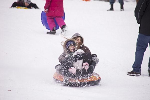 紐約大雪後,孩子們的冰雪世界。(戴兵/大紀元)