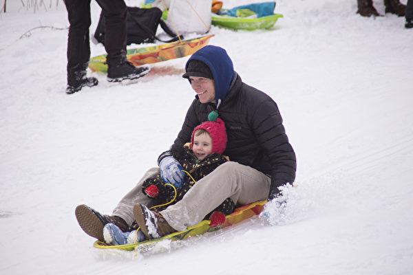 紐約雪後 孩子們的冰雪世界 (戴兵/大紀元)