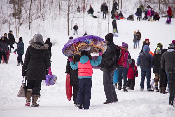 紐約大雪後,紐約市中央公園成了孩子們的冰雪世界。(戴兵/大紀元)
