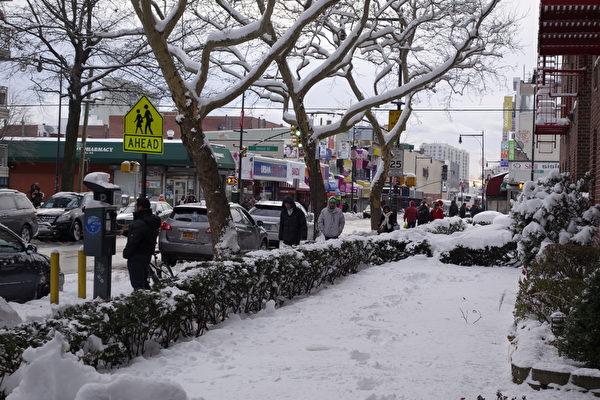 2015年1月27日,紐約法拉盛。一建築物外花圃的積雪。 (陳正洪/大紀元)