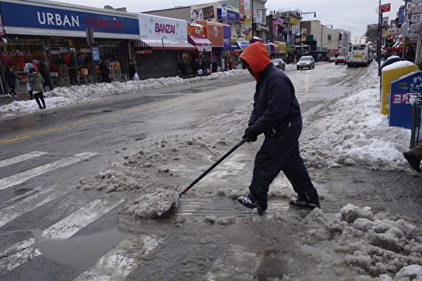 2015年1月27日,紐約法拉盛,清潔人員持續清除積雪。(陳正洪/大紀元)