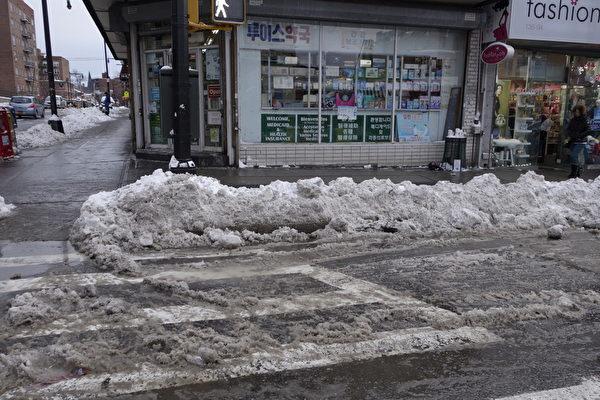 2015年1月27日,紐約法拉盛,路旁堆滿積雪。(陳正洪/大紀元)