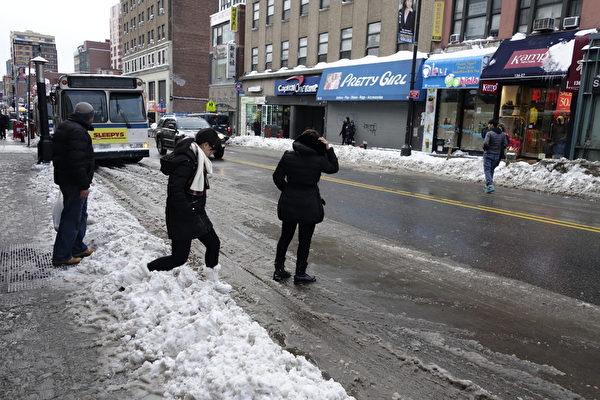 2015年1月27日,紐約法拉盛,民眾踏過積雪準備穿越馬路。 (陳正洪/大紀元)
