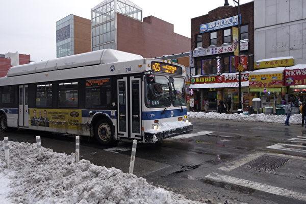 2015年1月27日,紐約法拉盛,公車已恢復行駛。 (陳正洪/大紀元)