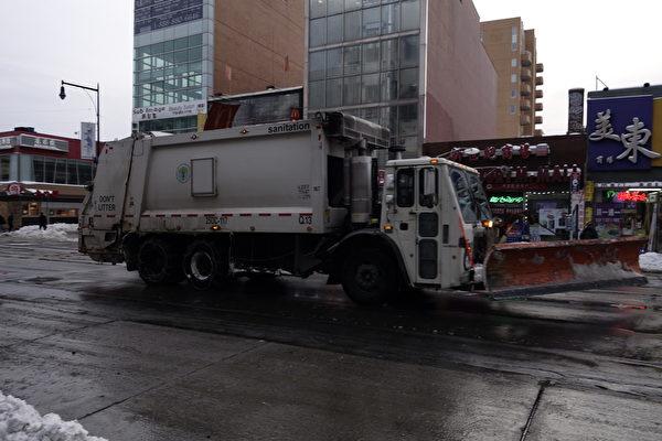 2015年1月27日,紐約法拉盛 ,鏟雪車來往穿梭,不斷清除積雪。(陳正洪/大紀元)