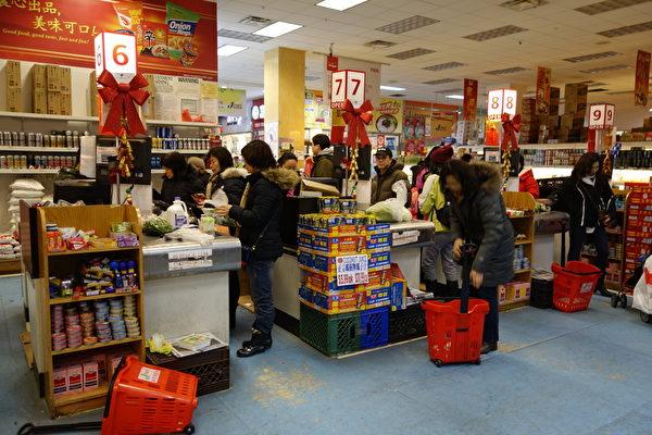 2015年1月27日,紐約法拉盛,超市不少民眾購物。(陳正洪/大紀元)