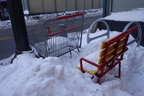 2015年1月27日,紐約法拉盛,路旁的椅子和推車。(陳正洪/大紀元)