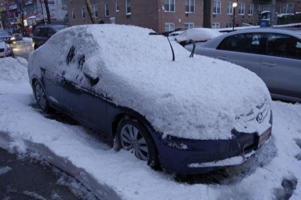 2015年1月27日,紐約法拉盛,車輛上的積雪。 (陳正洪/大紀元)
