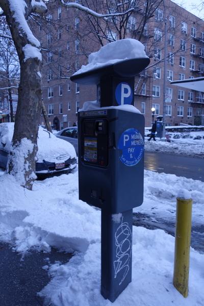 2015年1月27日,紐約法拉盛,路旁停車收費機器上的積雪。(陳正洪/大紀元)