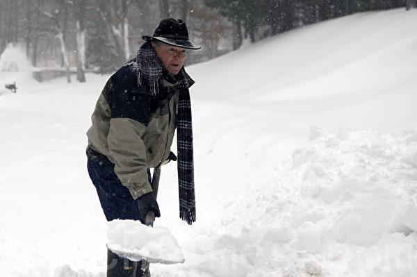 2015年1月波士頓暴風雪,居民清除積雪門前雪。(徐明/大紀元)