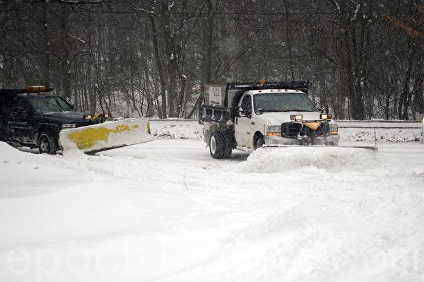 2015年1月波士頓暴風雪,鏟雪車不停著工作。(徐明/大紀元)