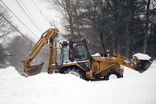 2015年1月波士頓暴風雪,商用鏟雪車也到民宅幫忙清雪。(徐明/大紀元)