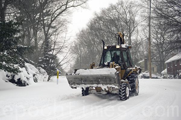 2015年1月波士頓暴風雪各式鏟雪車出籠。(徐明/大紀元)