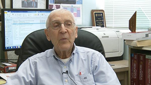 加州大學洛杉磯分校兒科研究教授James Cherry呼籲公眾注射預防麻疹強化疫苗。(張文剛/大紀元)