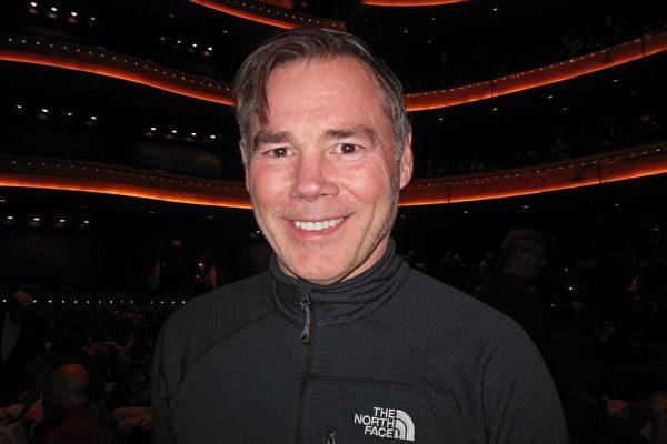 """在代顿市经营一家地产经纪公司的Phil Herman先生在疏斯特艺术中心(Schuster Performing Arts Center)观赏神韵国际团演出后表示:""""舞蹈、艺术表达、力量和创造性都令人惊奇。""""(李辰/大纪元)"""