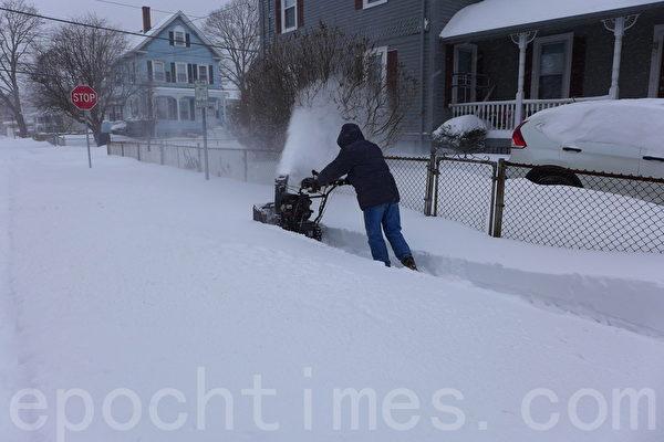2015年1月27日,美國麻薩諸塞州波士頓遭遇嚴重暴風雪的襲擊。(寧靜/大紀元)