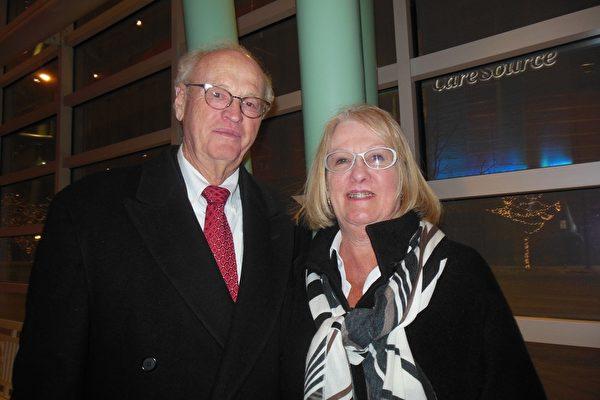 1月27日晚,前大学教授、公司总裁Robert Grove先生和太太Barbara Grove一起前来观看神韵国际艺术团在代顿市疏斯特艺术中心的演出。(李辰/大纪元)