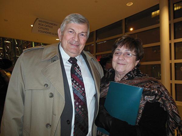 1月27日晚,俄亥俄州一位前郡长Daniel Rooney先生和太太Ruth Rooney一起前来观看神韵演出。(李辰/大纪元)