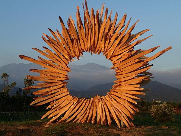 """延绵在平原东侧的大武山,是所有屏东居民的记忆,可以透过""""窗里窗外""""看到远方的大武山,左侧是北大武山,右侧是南大武山。(图:屏东处林政科提供)"""