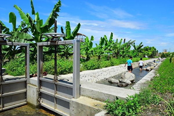 园区内设置二峰圳体验区,可以让民众亲自体验。(图:屏东处林政科提供)