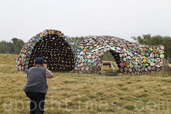 """利用漂流木制成的装置艺术""""聚"""",结合当地不同族群居民的彩绘,象征人类生活的习性。(施芝吟/大纪元)"""