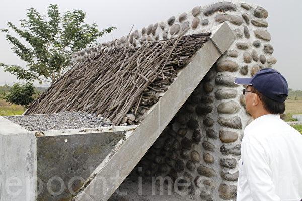 日本水利师鸟居信平在渗水面外层铺设以黄荆枝条编织成的过滤层。(施芝吟/大纪元)