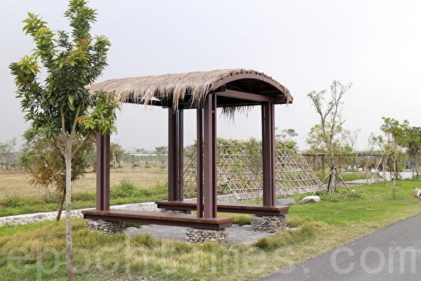 园区内设置凉亭,可供民众休息。(施芝吟/大纪元)