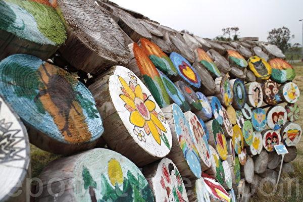 利用漂流木制成装置艺术。(施芝吟/大纪元)