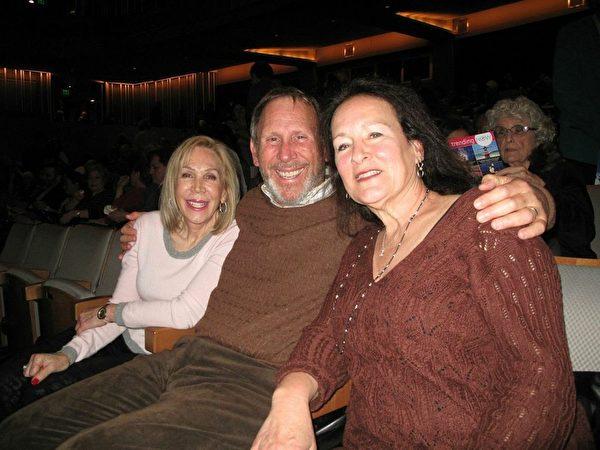 好莱坞获奖剧作家琳达‧斯坦伯姆(Linda Steinbaum,右一)和先生布鲁斯及小姑凯伦三人为神韵世界艺术团1月27日在北岭山谷表演艺术中心的演出而陶醉。(刘菲/大纪元)