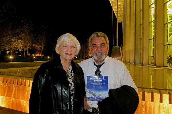 洛杉矶一家社会福利机构的经理Carlos Sola先生和太太Sheila Sola一同观赏了1月27日晚的演出。Sola夫妇一致称赞神韵演出美丽,内涵深邃。Sola先生赞叹神韵服饰之美超出凡尘。(吕如松/大纪元)