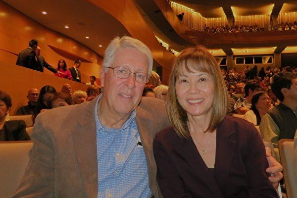 曾经担任政府某部门首席财务官的Bert Becker先生和朋友Marilyn Pilfold一同观赏了当晚的演出。神韵独创的动态天幕让Becker先生惊喜叫绝。(吕如松/大纪元)