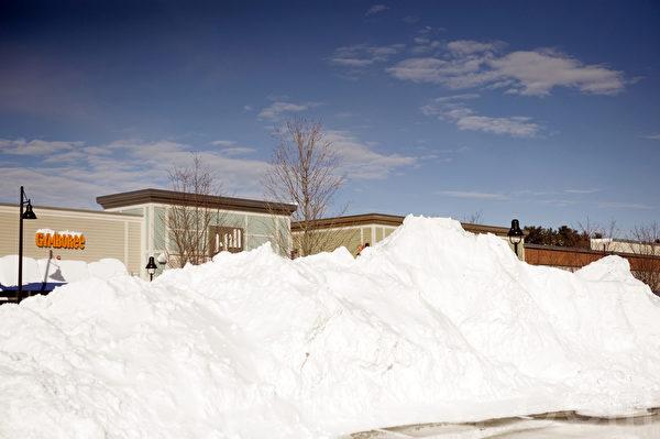 2015波士頓暴風雪後,購物中心積雪如山。(攝影:徐明/大紀元)