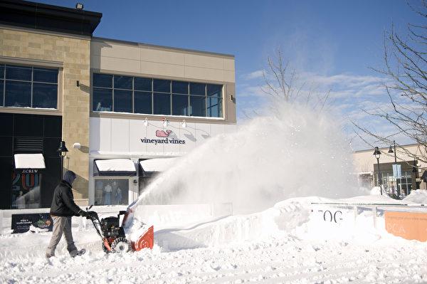 2015波士頓暴風雪後,商家忙著清雪。(攝影:徐明/大紀元)