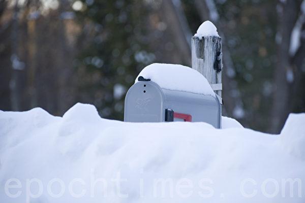 2015波士頓暴風雪後,市區郵箱幾乎被埋沒.(攝影:徐明/大紀元)