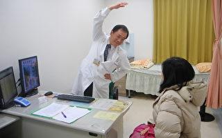 吳俊明醫師表示:有效率地完成打掃工作,掌握訣竅很重要。(徐乃義/大紀元)