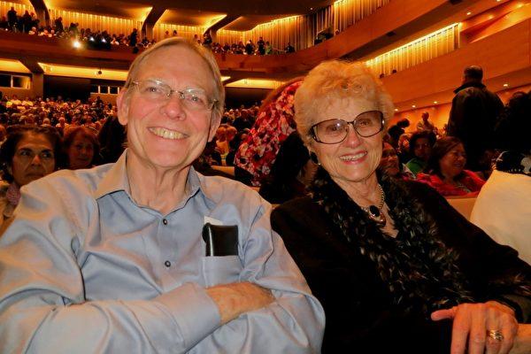 """曾担任专业芭蕾舞演员的Porter女士和担任教堂唱诗班指挥、和铜管乐演奏的Moor先生一同观赏了1月28日的神韵演出。他们表示特别欣赏""""神韵传递高尚的价值观。""""(吕如松/大纪元)"""