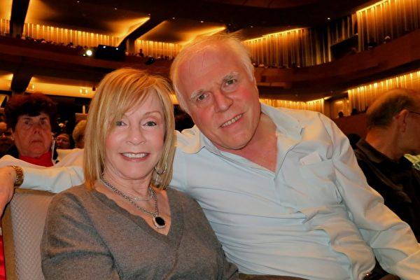 """在洛杉矶地区拥有诊所的心理医生Bill Josephs和IT公司高管Marcy Milan女士一同欣赏1月28日的神韵演出。神韵深邃的内涵让他们感动,他们说:""""我们非常欣赏(神韵呈现的)价值与传统""""。(吕如松/大纪元)"""