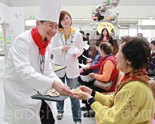 苗医院长许振荣邀请乡亲品尝健康年菜。(许享富 /大纪元)