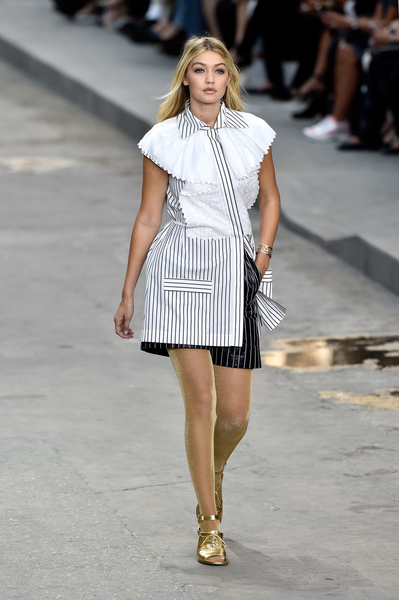 2014年9月30日,法國巴黎,在Chanel展示會上走秀的Gigi Hadid。(Pascal Le Segretain/Getty Images)