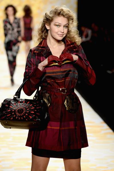 2014年2月6日,紐約市,在梅賽德斯 - 奔馳時裝週上走秀的Gigi Hadid。(Frazer Harrison/Getty Images For Mercedes-Benz Fashion Week)