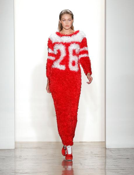 2014年2月12日,紐約市,在Jeremy Scott時裝展上走秀的Gigi Hadid。(Jemal Countess/Getty Images)