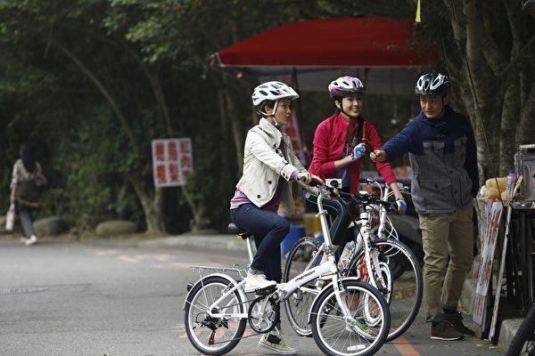 (左起)周迅、隋棠、黄晓明在路边买台湾小吃。(华联国际提供)