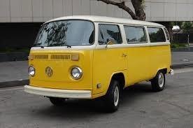 當年的嬉皮車﹝VW Van﹞。這是上世紀六、七十年代,在美國公路上常見的七人座嬉皮車﹝VW Van﹞。四缸1,600cc或2,000cc的小引擎,設計與維修都十分簡易,速度雖慢,但每加侖油在公路上可輕鬆的跑三十英哩以上。後置引擎,後輪傳動,加上車體離地面高,所以也具有極佳的雪地與越野性能,常被我開到野外去釣魚。照片中的車已經是它的第二代了,那第一代嬉皮車的四周車窗特小,開車上路時有視線不良的重大缺陷。我前後擁有過四部這款嬉皮車,全是第二代的,現在只剩下一部1976年的露營車﹝VW Camper﹞還靜靜地躺在我的車房裡,四十年轉瞬即逝,它也快要算是古董車了吧?(作者提供)