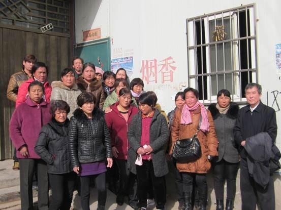陈秉中教授与在宁陵妇幼保健院分娩输血感染艾滋病毒的患者会面。(陈秉中教授提供)