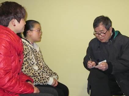 听取艾滋儿童张鑫的血泪诉说(左为张鑫妈妈)(陈秉中教授提供)