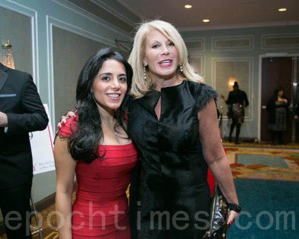 道格拉斯‧艾利曼的CEO道狄‧赫尔曼女士(右一)在2015年1月15日纽约房地产委员会举办的年度酒会上。(Douglas Elliman President & CEO Dottie Herman)(Benjamin Chasteen/大纪元)
